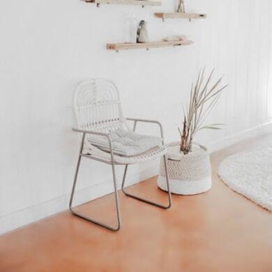 sillas mimbre blanco macetero planta decoración interiorismo